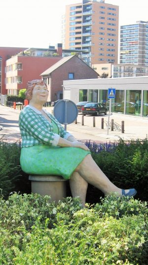 h6r2-u11 Coriovallumstraat - Zittende vrouw-Christel Lechner-
