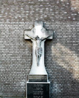 h6r6-g02 Rector Poelsplein - Kruisbeeld achter Mgr. Poels