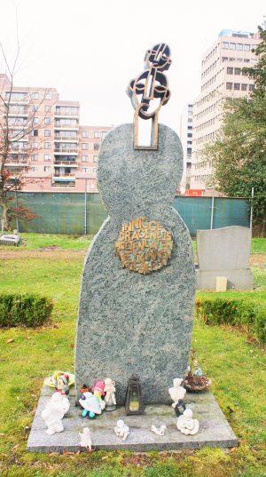 bkr3-a03 Akerstraat - Begraafplaats - Het doodverzwegen kind - Lou Wouters - 2005