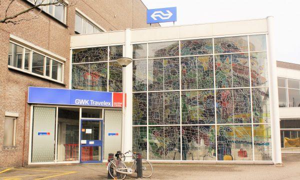 h6r1-j04 Stationsplein - Voorm. station met gebrandschilderd raam