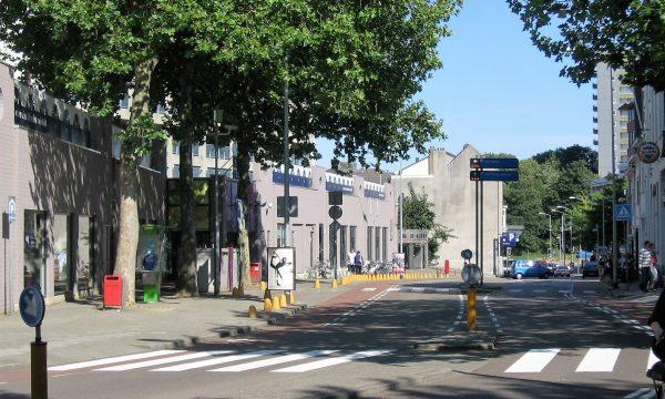 h6r1-m01 Klompstraat met vroeger winkelcentrum De Klomp en later Bazaar