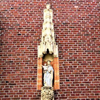 R1a8b- Ornament op de gevel van het klooster