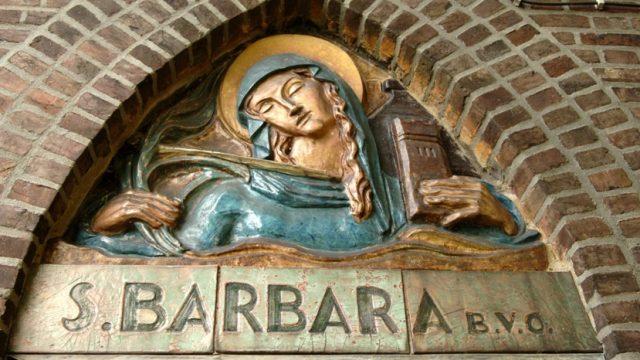 R5a12b- Beersdalweg - St. Barbara boven ingang kerk