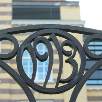 bkr2-q02 Burg. De Hesselleplein - Smeedkunst op hek om herbouwde LTS