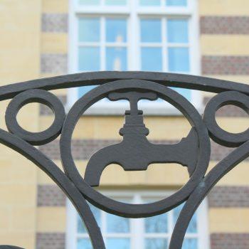 bkr2-q03 Burg. De hesselleplein - Smeedkunst op hek om herbouwde LTS