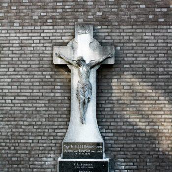bkr6-g04 Rector Poelsplein - Kruisbeeld achter Mgr. Poels- Rector Poelsplein