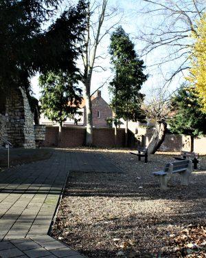 h6r7-y03 Randweg - Parkje met Lourdesgrot achter de kerk