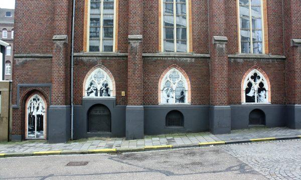 h6r1-t01a Gasthuisstraat- Opgeplakt verleden tegen de muur van de kapel
