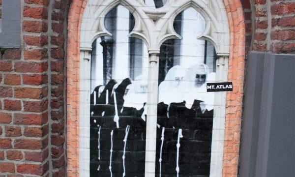 h6r1-t01b Gasthuisstraat- Opgeplakt verleden tegen de muur van de kapel