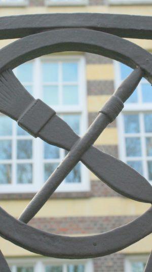 bkr2-q05 Burg. De Hesselleplein - Smeedkunst op hek om herbouwde LTS