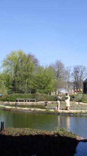 bkr3-t08 Zandweg - Tuin Parc Imstenrade - Man en vrouw met paraplu - Christel Lechner