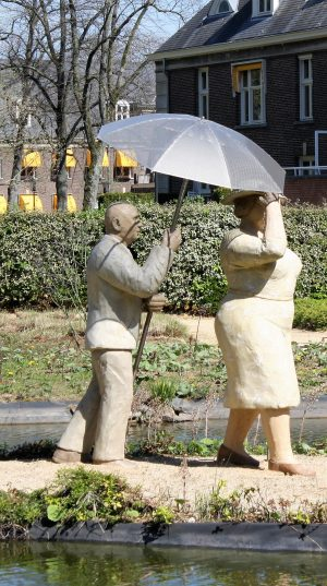 bkr3-t09 Zandweg - Tuin Parc Imstenrade - Man en vrouw met paraplu - Christel Lechner