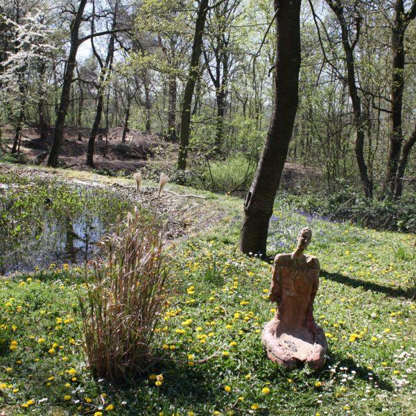 bkr3-t11 Zandweg - Tuin Parc Imstenrade - Vrouw zittend in het gras