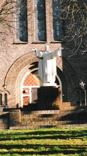 bkr5-f03 Corneliusplein - H.Hartbeeld voor de kerk